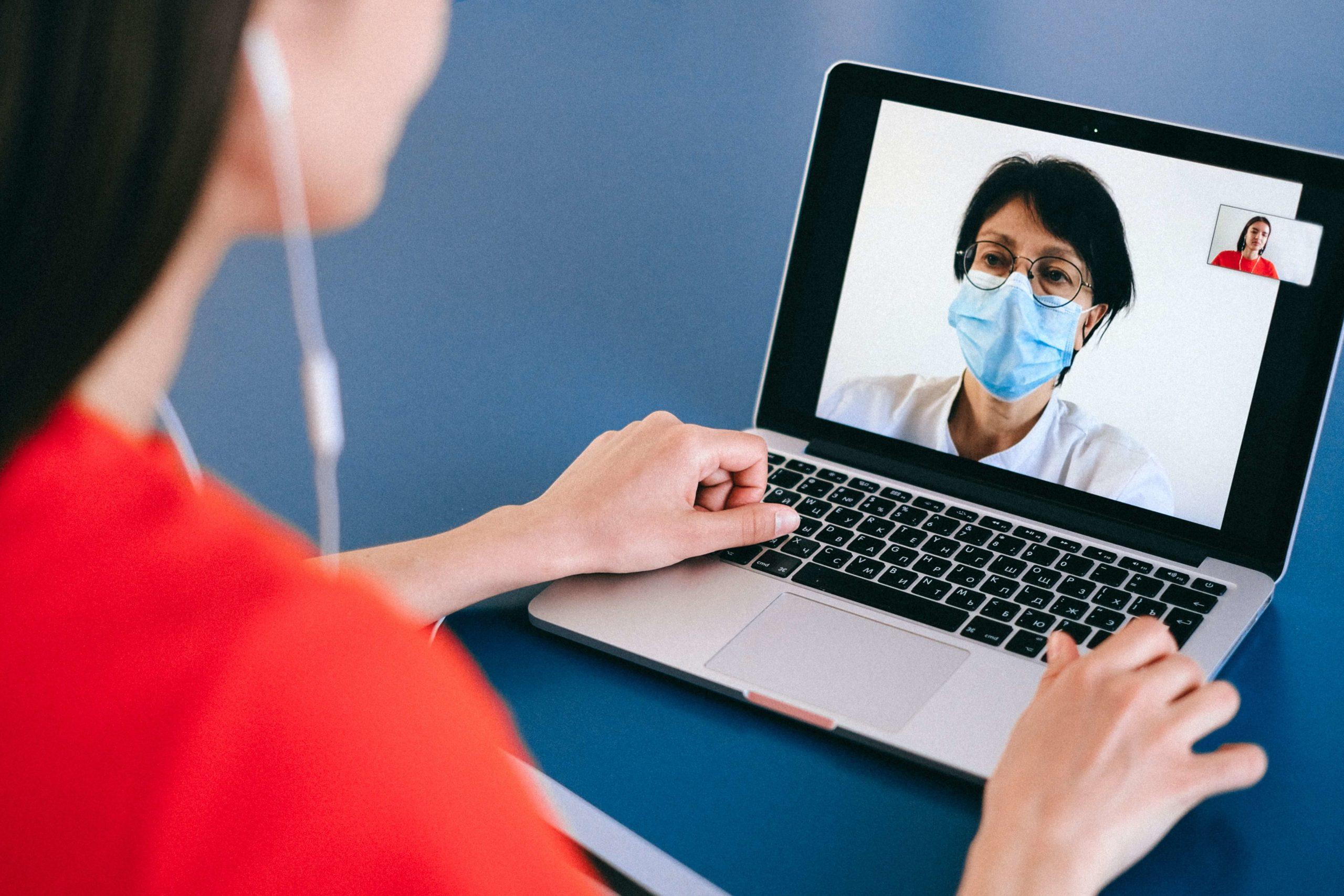 пациент общается с врачом по ноутбуку