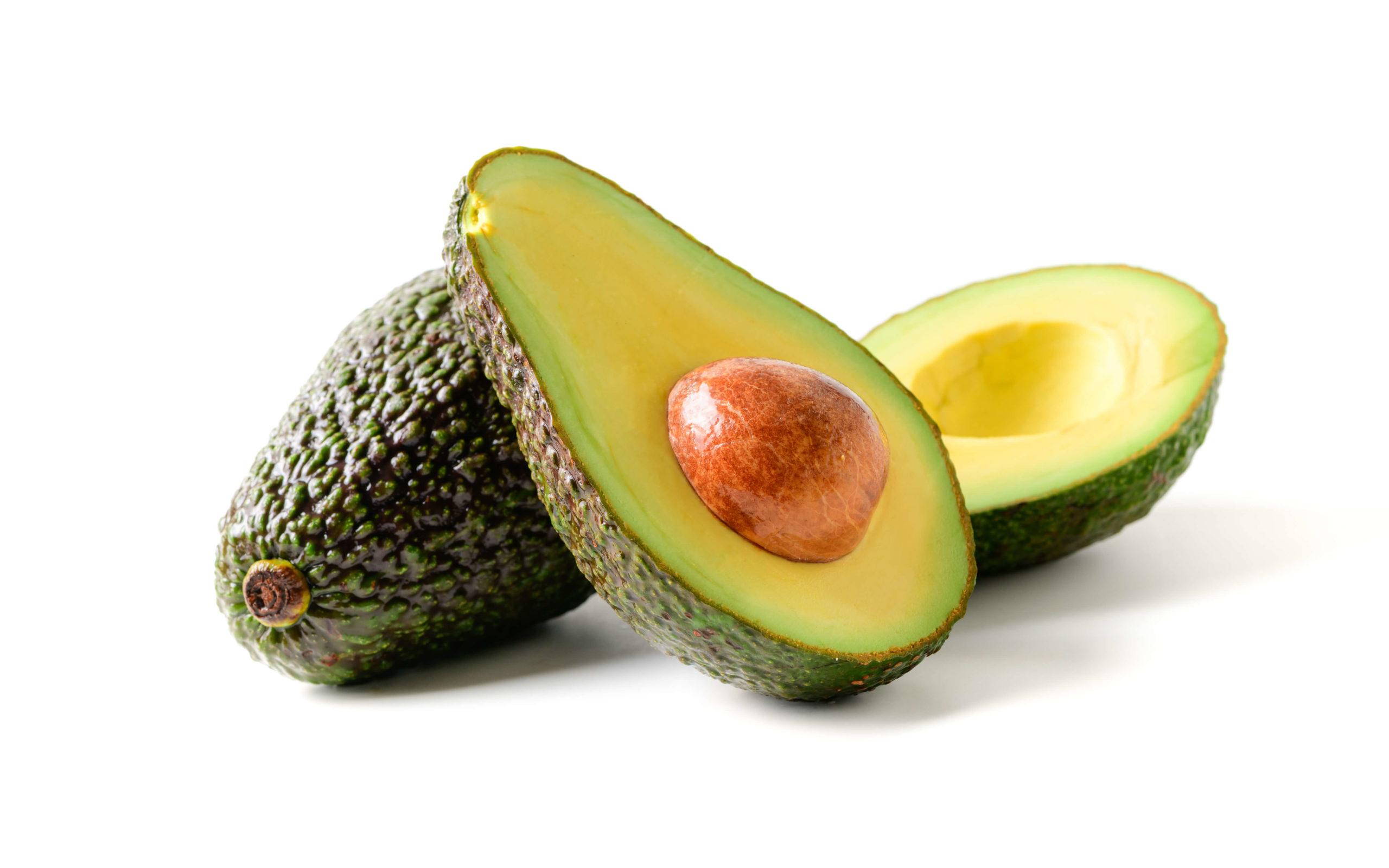 Свежий авокадо. ломтики авокадо, изолированные на белом